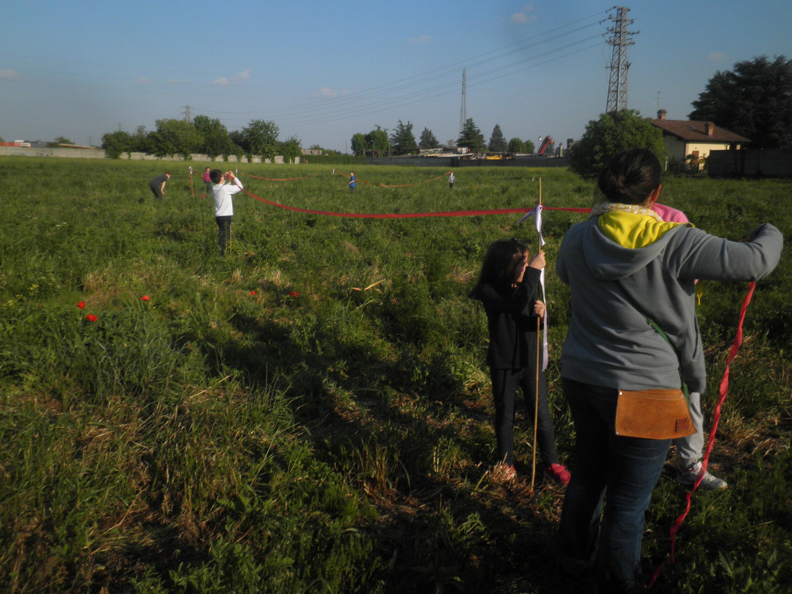 Bambini e mamme tracciano l'orto